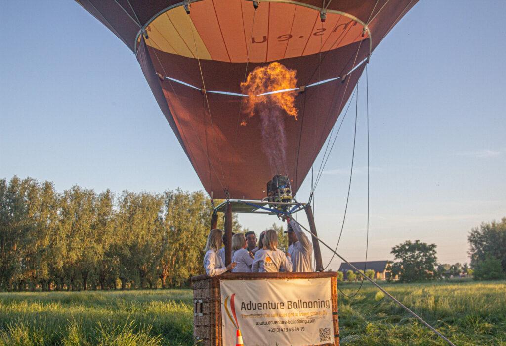 De Tims luchtballon klaar voor vertrek voor een avondvaart